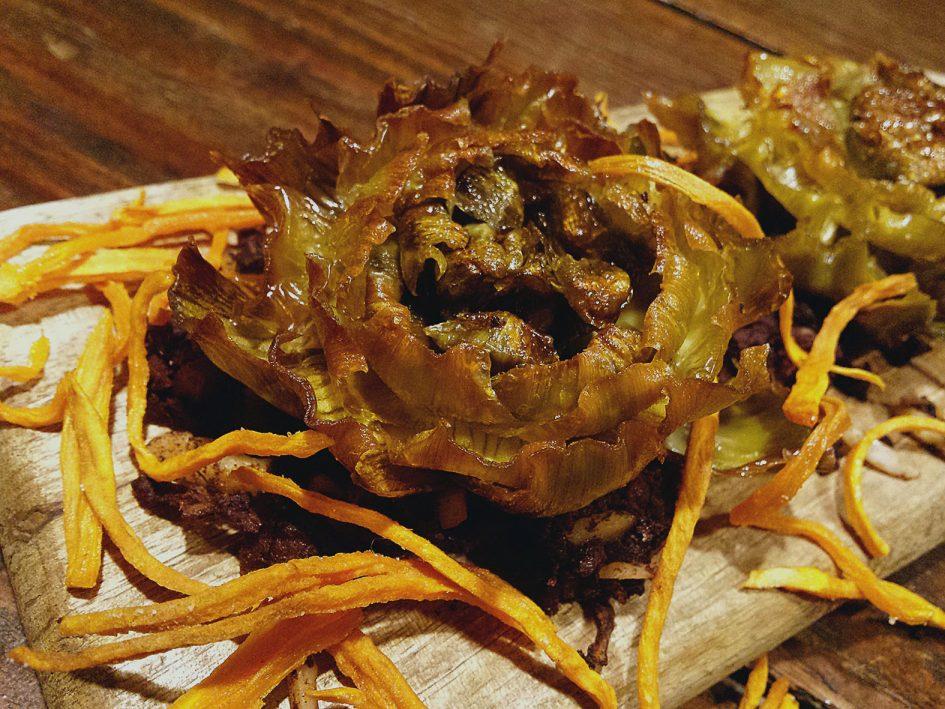 Flors de carxofa amb botifarró i moniato cruixent
