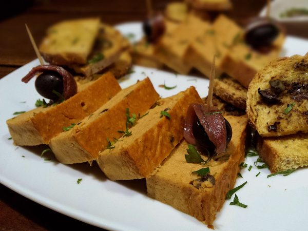 Mousse d'escalivada i olives amb anxova