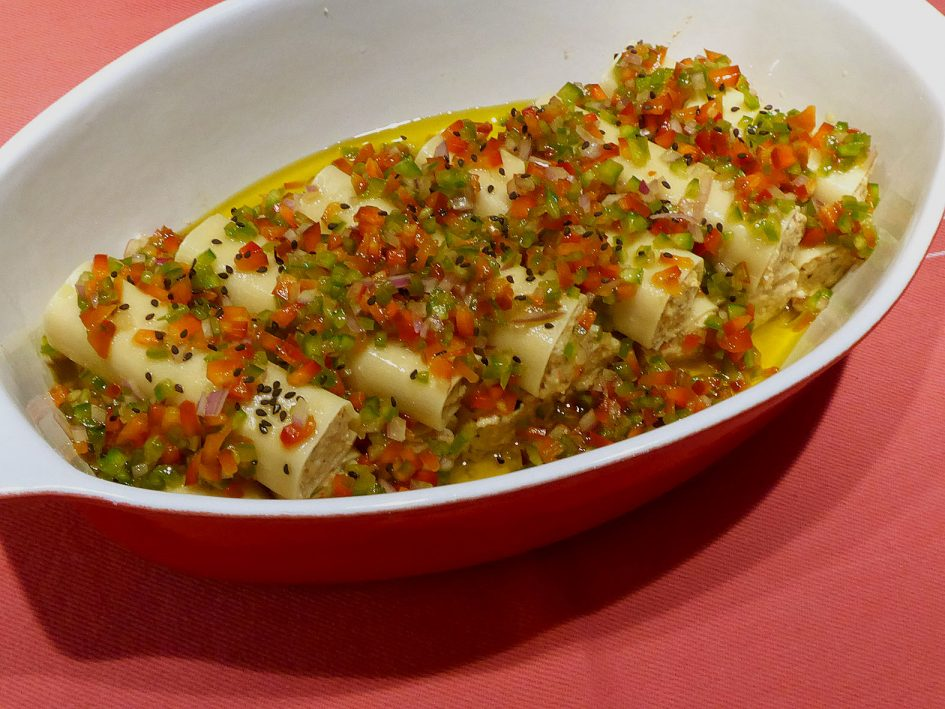 Canelons freds amb vinagreta de pebrots