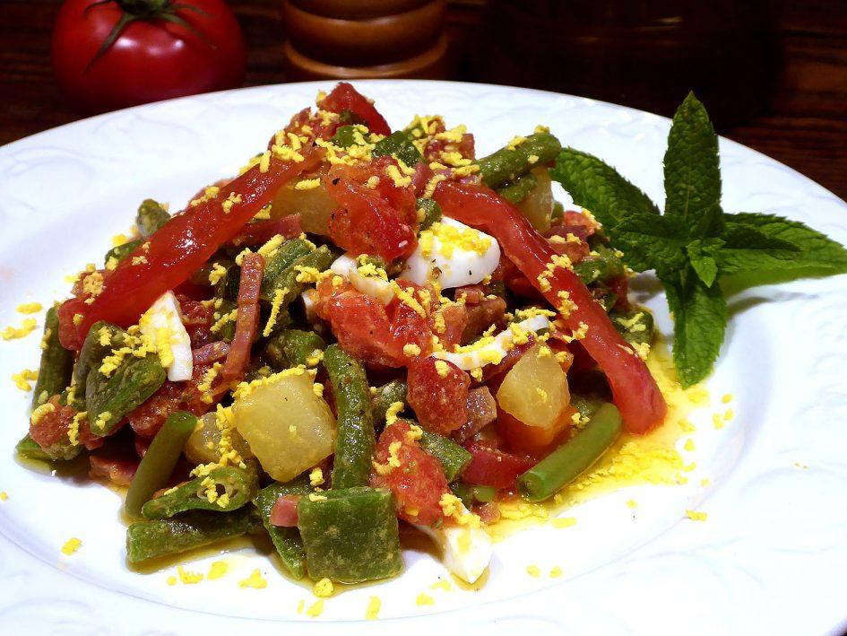 Judías verdes y tomate con jamón y menta