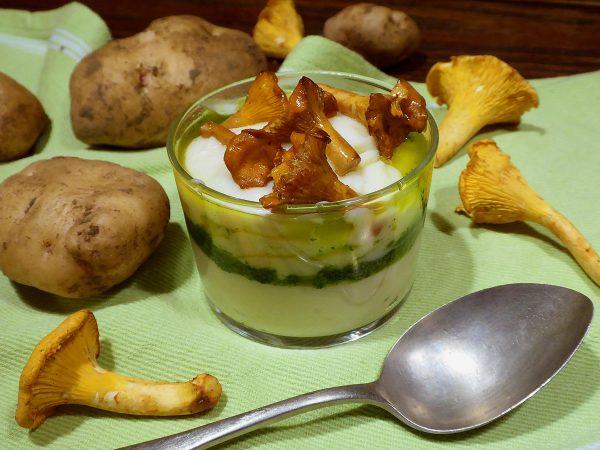 Crema de patata con rebozuelos y salsa verde