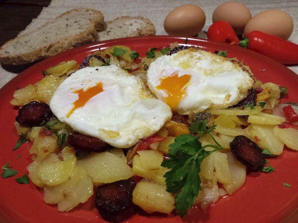 Ous trencats amb patates i xoriç