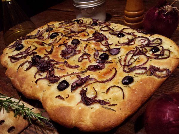 Focaccia de patata amb ceba i olives