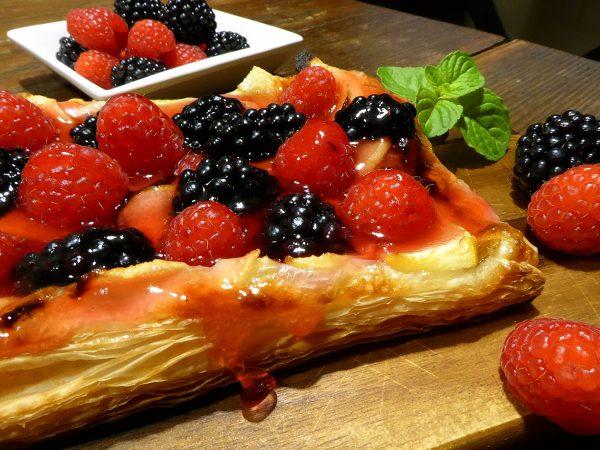 Pastel de frutos de bosque y manzana