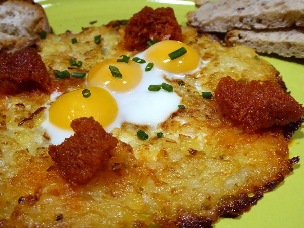 Rosti de patata amb sobrassada i ous de guatlla