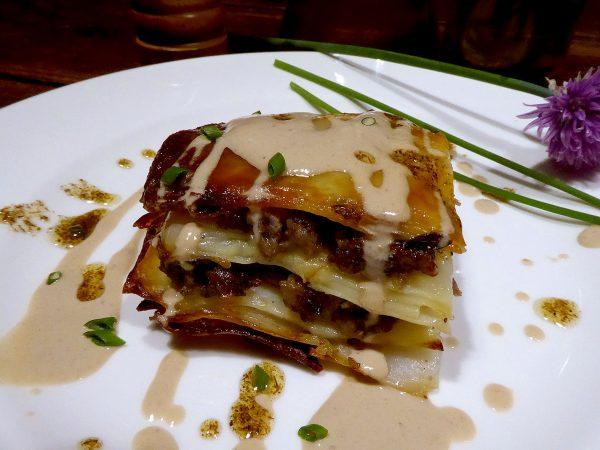Milhojas de patata con butifarra del perol y salsa de setas