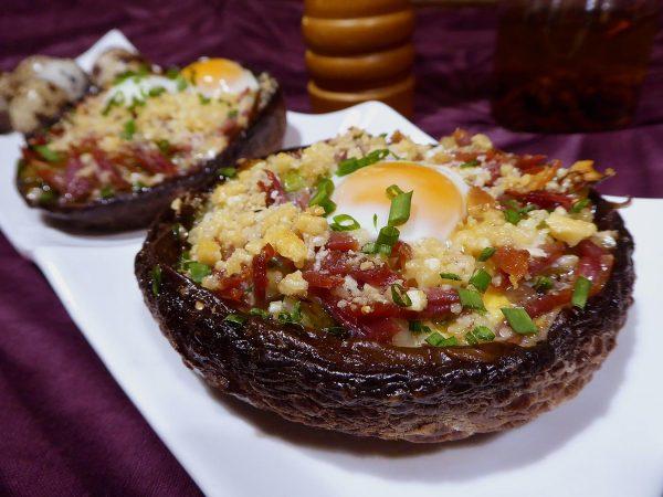 Portobello farcit de pernil i ous de guatlla